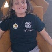 Glad flicka med klistermärke
