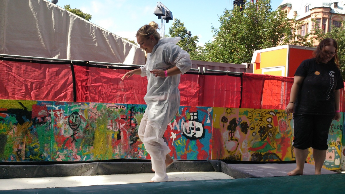 Malmöfestivalen 2013 Vetenskaps-Andrea går på vatten med hjälp av stärkelse i ett experiment