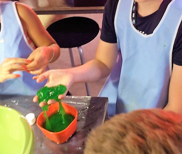 Bild från en workshop med barn där vi tillverkar kryptonit-slime på Vattenhallen Science center i Lund